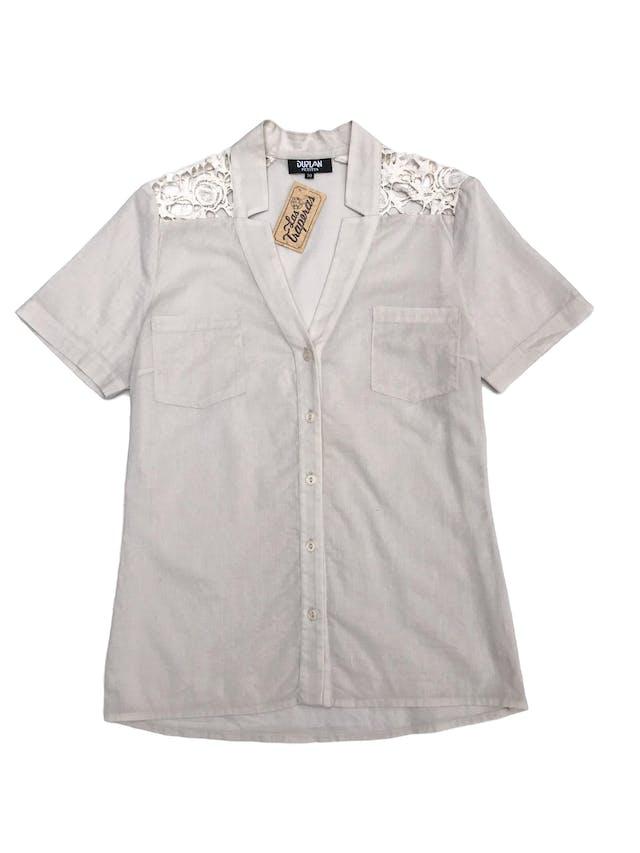 Blusa crema con botones y bolsillos delanteros, encaje en los hombros, tela tipo algodón camisa foto 1
