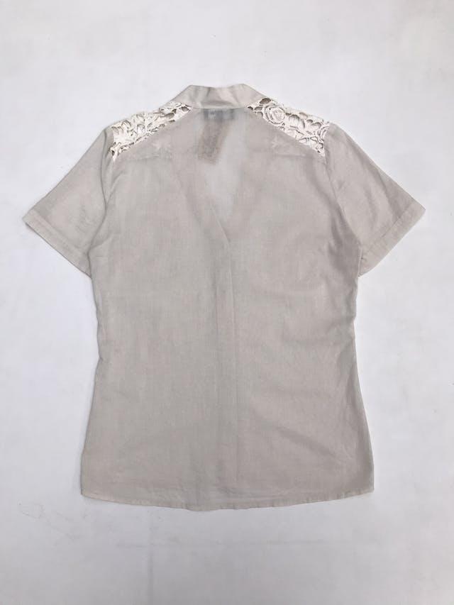 Blusa crema con botones y bolsillos delanteros, encaje en los hombros, tela tipo algodón camisa foto 2