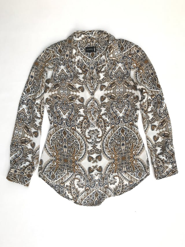 Blusa blanca con estampado paisley en tonos tierra, tela plana, camisera con botones delanteros, pinzas en la espalda, mangas regulables con botón y basta asimétrica  foto 1