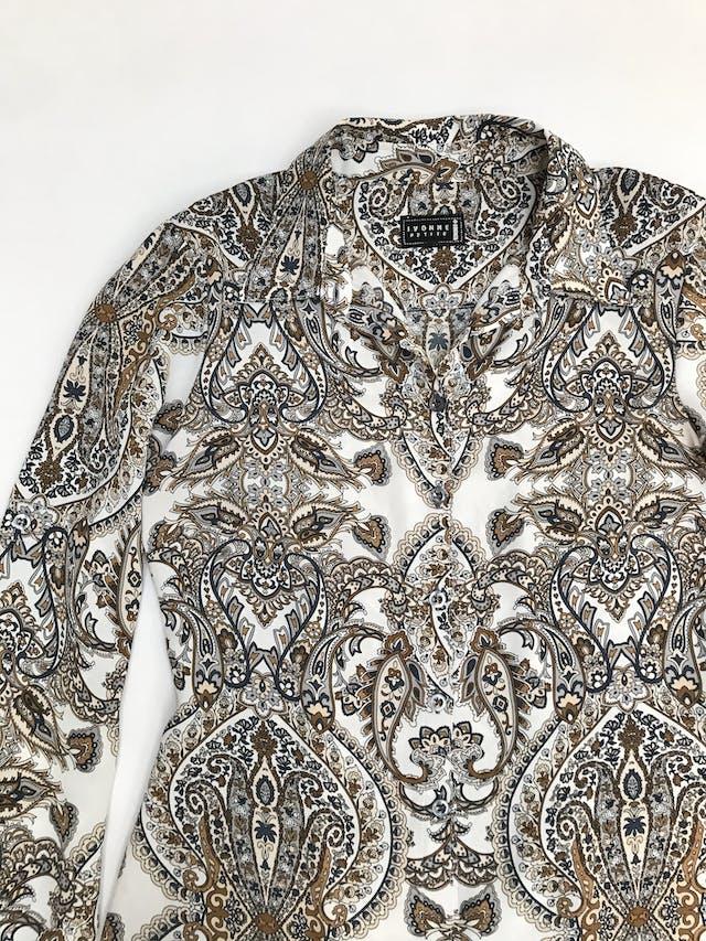 Blusa blanca con estampado paisley en tonos tierra, tela plana, camisera con botones delanteros, pinzas en la espalda, mangas regulables con botón y basta asimétrica  foto 2