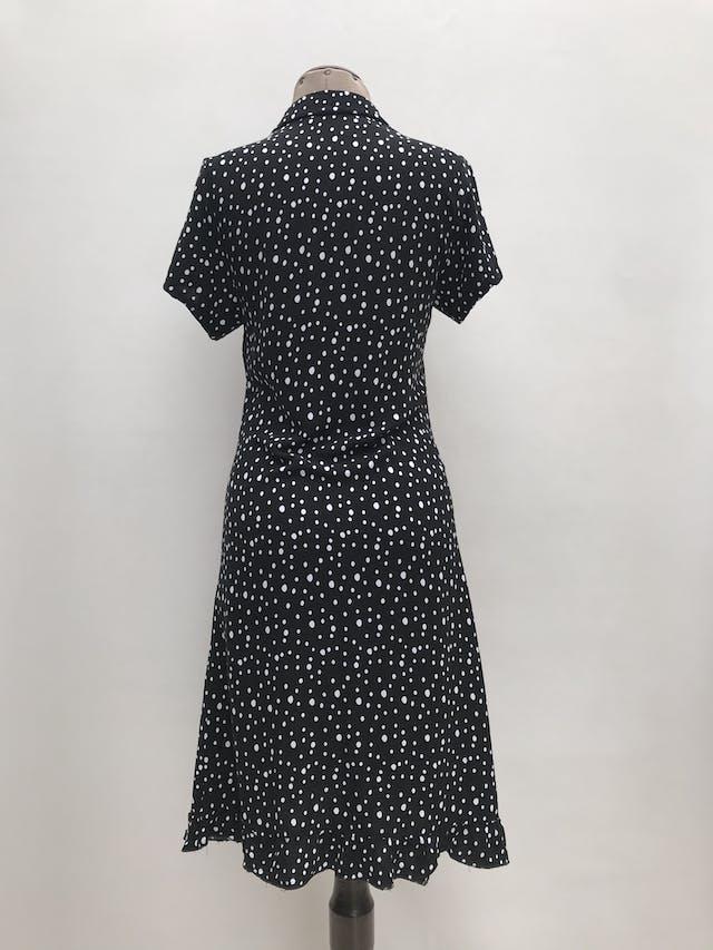 Vestido Basement negro con lunares blancos, cuello camisero con botones hasta la cintura y volante en la basta. Largo 100cm foto 2