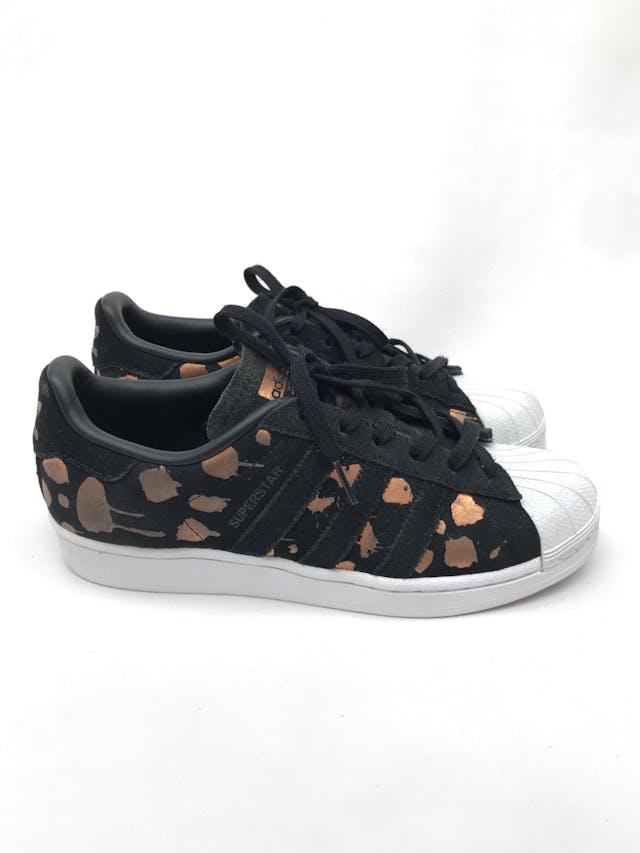 Zapatillas Adidas superstar negra con print ocre satinado. Estado 8/10 Precio original S/ 270 foto 1