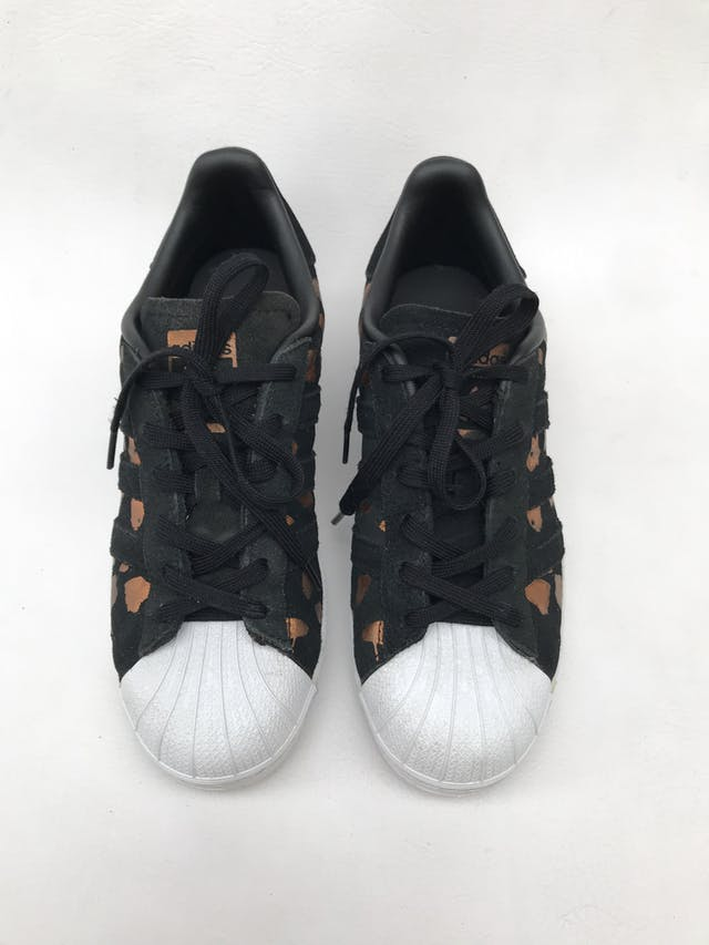 Zapatillas Adidas superstar negra con print ocre satinado. Estado 8/10 Precio original S/ 270 foto 2