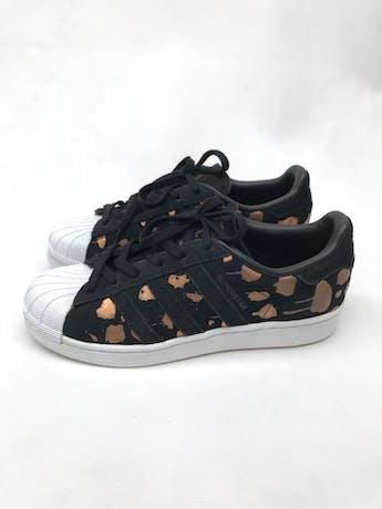 Zapatillas Adidas superstar negra con print ocre satinado. Estado 8/10 Precio original S/ 270 foto 3