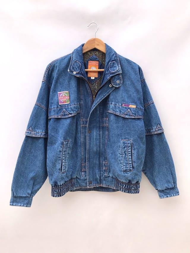Casaca vintage de jean azul con parches, cierre y broches delanteros, lleva forro de algodón estampado paisley, oversize foto 1