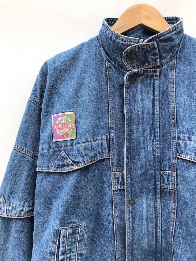 Casaca vintage de jean azul con parches, cierre y broches delanteros, lleva forro de algodón estampado paisley, oversize foto 3
