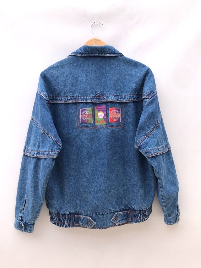 Casaca vintage de jean azul con parches, cierre y broches delanteros, lleva forro de algodón estampado paisley, oversize foto 2
