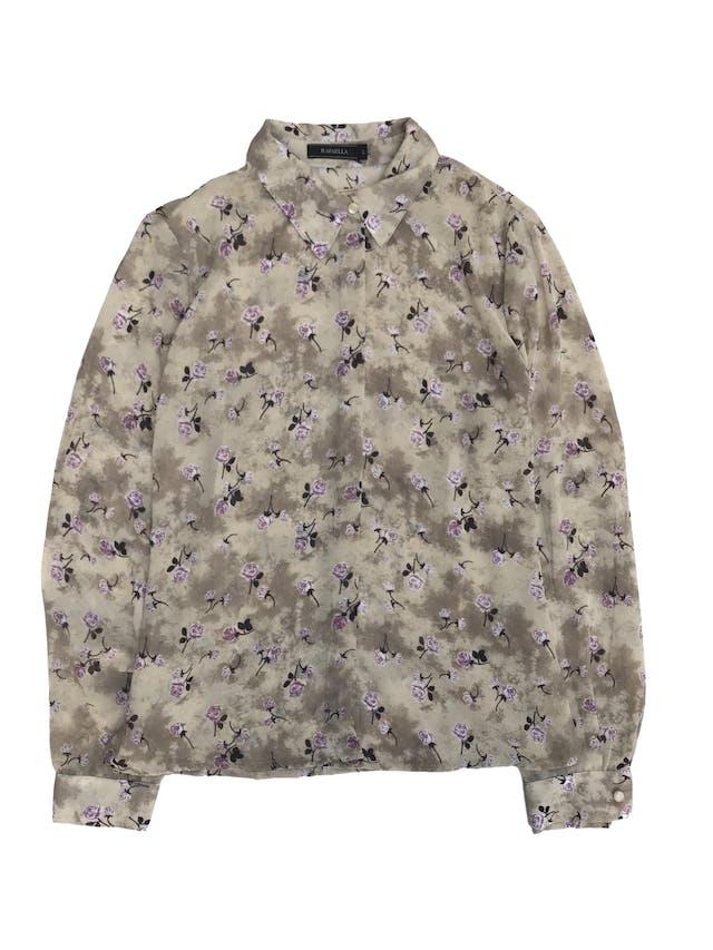 Blusa de gasa beige plomizo con estampado de flores moradas, camisera con botones delanteros recubiertos y pinzas en la espalda foto 1