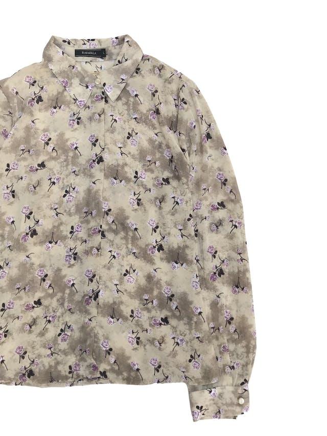 Blusa de gasa beige plomizo con estampado de flores moradas, camisera con botones delanteros recubiertos y pinzas en la espalda foto 2