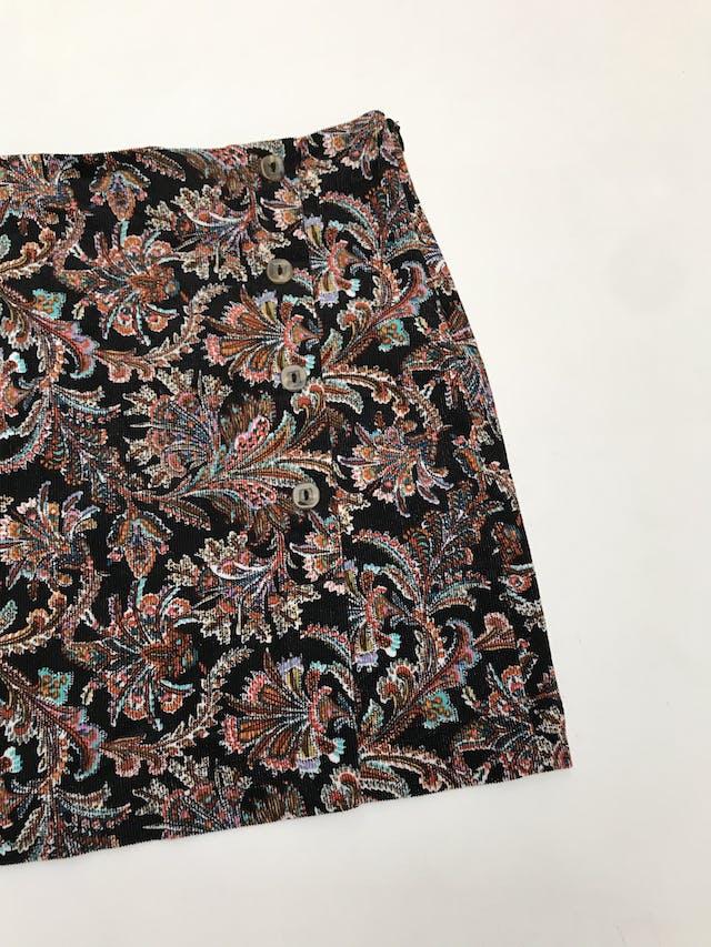 Falda Index de corduroy negro con estampado paisley multicolor, botones y cierre lateral. Pretina 77cm Largo 39cm  foto 2
