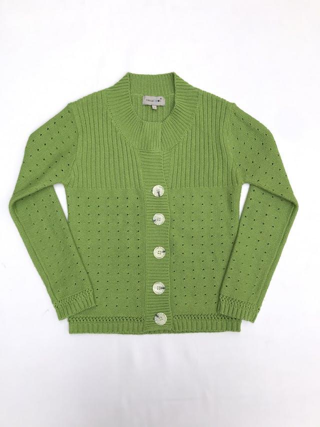 Cardigan tejido verde con textura acanalada y puntitos calados, botones grandes tipo marmol foto 1