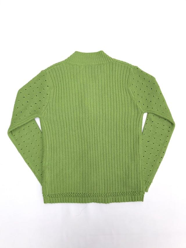 Cardigan tejido verde con textura acanalada y puntitos calados, botones grandes tipo marmol foto 2