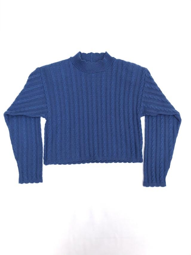 Chompa crop vintage azul, cuello alto, con textura trenzada, tiene hombreras foto 1