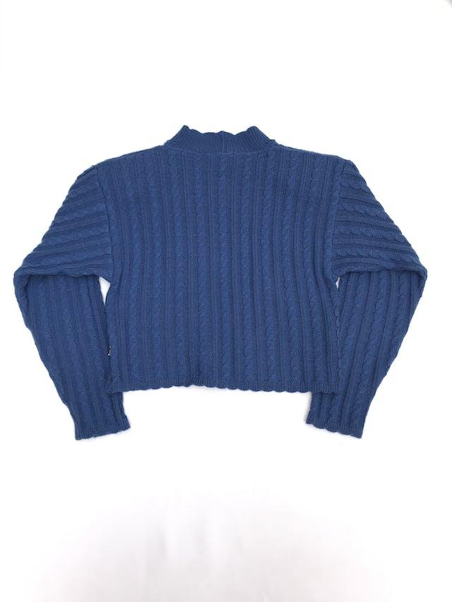 Chompa crop vintage azul, cuello alto, con textura trenzada, tiene hombreras foto 2