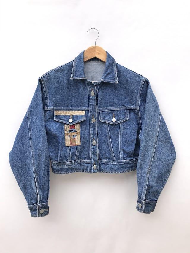 Casaca denim vintage a la cintura, parches y botones metálicos, estilo oversize foto 1