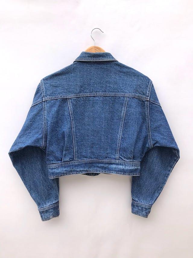 Casaca denim vintage a la cintura, parches y botones metálicos, estilo oversize foto 2