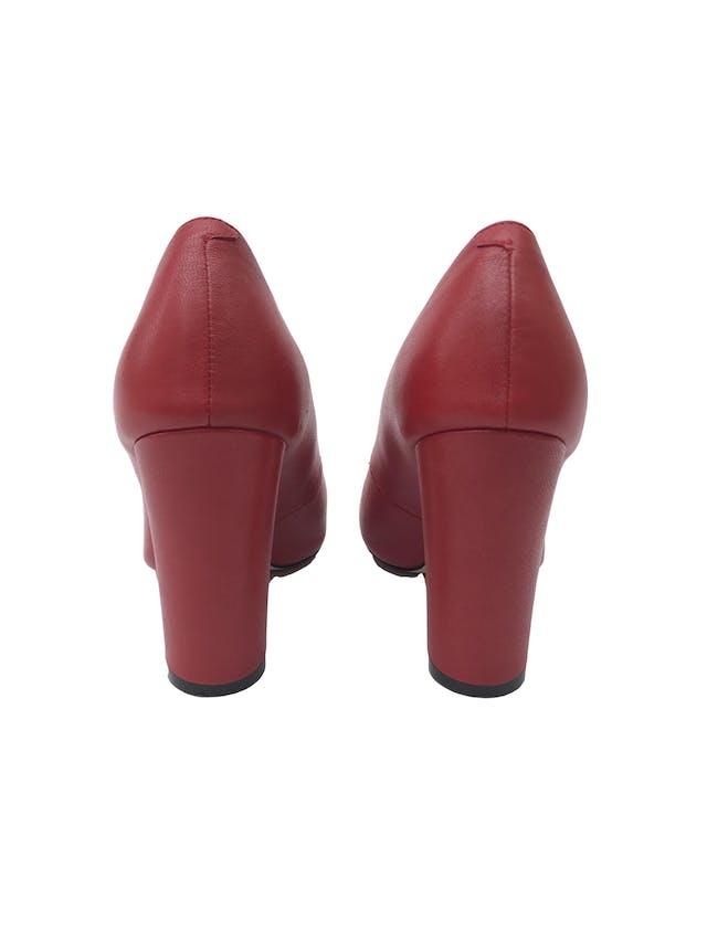 Zapatos Ecco rojos de cuero, taco ancho 9cm. Estado 9/10. Precio original S/ 230 foto 2