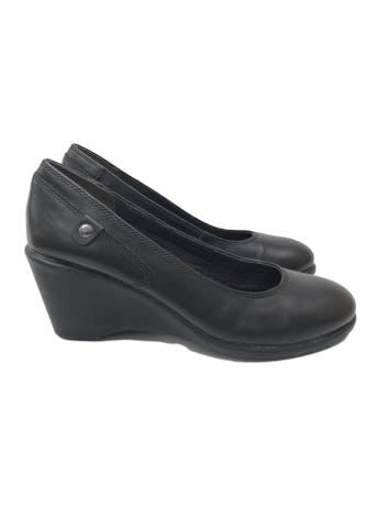 Zapatos Hush Puppies de cuero negro, taco cuña 7cm, comfort flex. Estado 9/10. Precio original S/ 250 foto 1