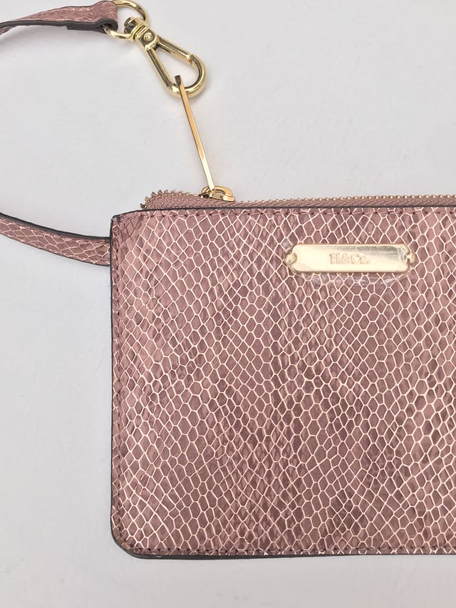 Carterita H&Co con textura pitón en tono palo rosa y dorado, forrada, con cierre y asa de mano. Alto 12cm Ancho 17cm. Nueva. Precio original S/ 60 foto 2