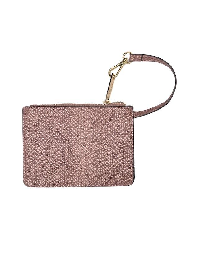 Carterita H&Co con textura pitón en tono palo rosa y dorado, forrada, con cierre y asa de mano. Alto 12cm Ancho 17cm. Nueva. Precio original S/ 60 foto 3