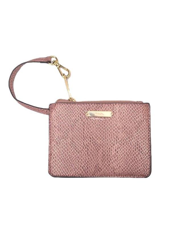 Carterita H&Co con textura pitón en tono palo rosa y dorado, forrada, con cierre y asa de mano. Alto 12cm Ancho 17cm. Nueva. Precio original S/ 60 foto 1