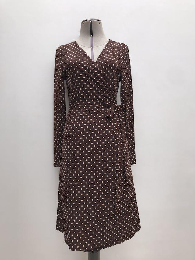 Vestido Mango marrón con lunares beige, envolvente con cinto para amarrar, ligeramente stretch. Precio original S/ 240 Largo 98cm foto 1