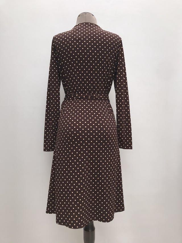 Vestido Mango marrón con lunares beige, envolvente con cinto para amarrar, ligeramente stretch. Precio original S/ 240 Largo 98cm foto 2