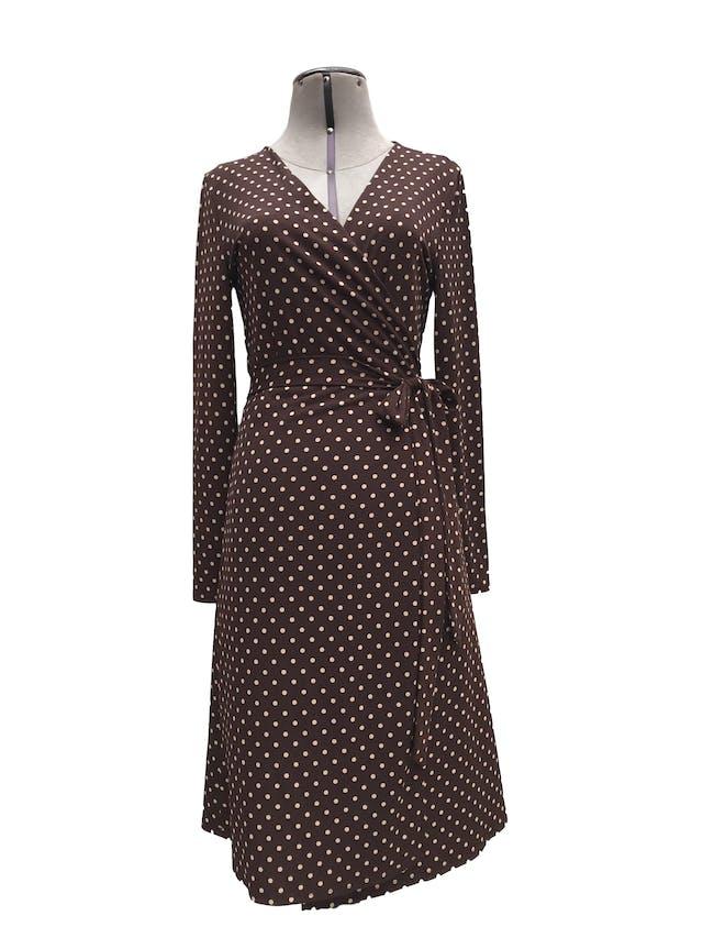 Vestido Mango marrón con lunares beige, envolvente con cinto para amarrar, ligeramente stretch. Precio original S/ 230 Largo 98cm foto 1