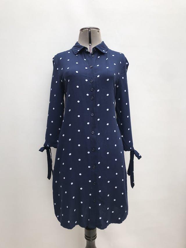 Vestido Basement azul con lunares blancos, modelo camisero, manga 3/4 con lazo en puños. Largo 90cm foto 1
