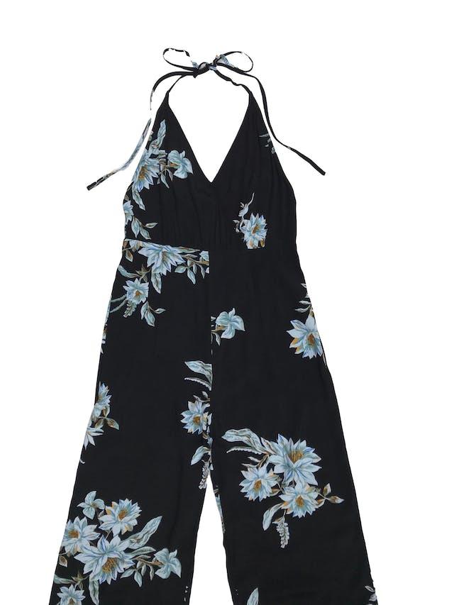 Enterizo Forever21 tela plana negra con estampado de flores, cuello halter y espalda abierta. foto 1