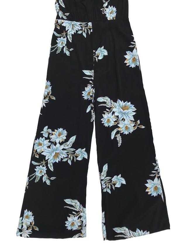 Enterizo Forever21 tela plana negra con estampado de flores, cuello halter y espalda abierta. foto 2