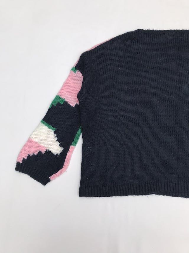 Chompa Basement azul, rosa, verde y blanco, con mostacilas en el pecho, estilo oversize foto 3