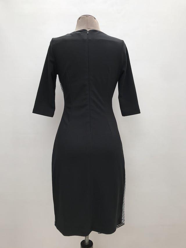 Vestido cruzado con cierre lateral, delantero a rayas, espalda negra, manga 3/4, lleva forro y cierre posterior. Largo 90cm foto 2