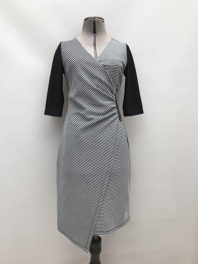 Vestido cruzado con cierre lateral, delantero a rayas, espalda negra, manga 3/4, lleva forro y cierre posterior. Largo 90cm foto 1