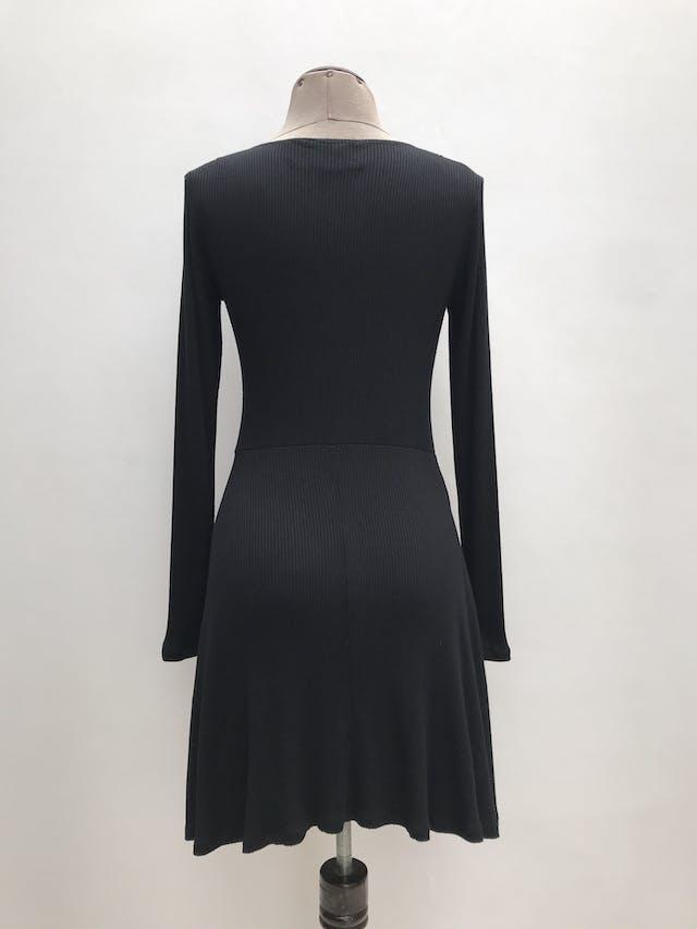 Vestido Forever21 negro tela tipo algodón acanalado, manga larga, falda en A. Largo 85cm  foto 2