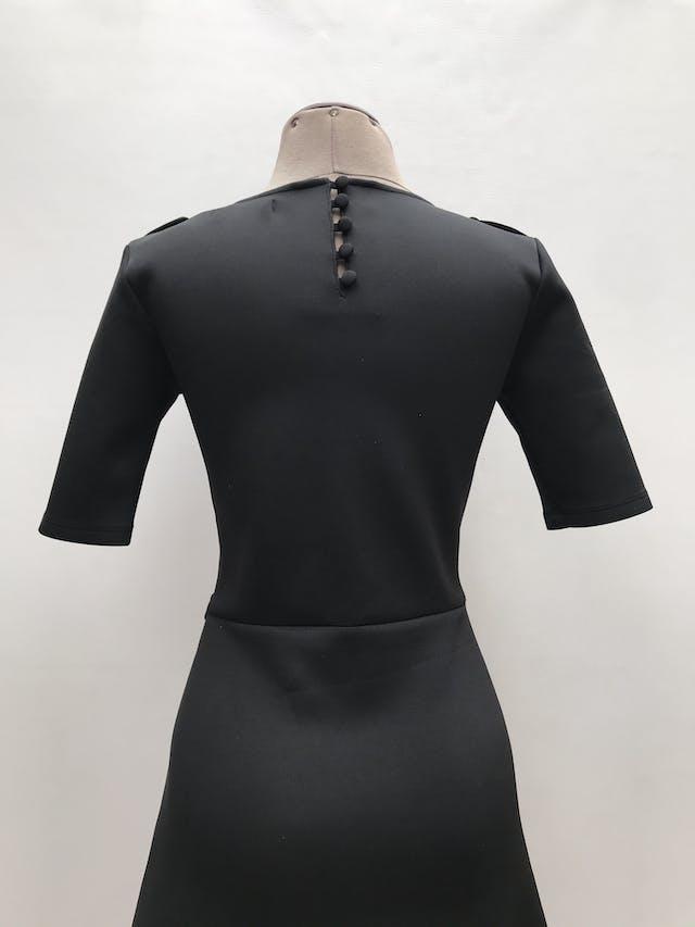Vestido Niobe tela tipo neopreno, corte a la cintura con falda en A, botones en los hombros y posteriores en el cuello. Largo 90cm. Precio original S/ 190 foto 2