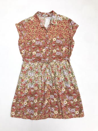 Vestido camisero con cinto para amarrar, rojo con estampado de florcitas verdes y amarillas, falda con bolsillos. Largo 83cm foto 1