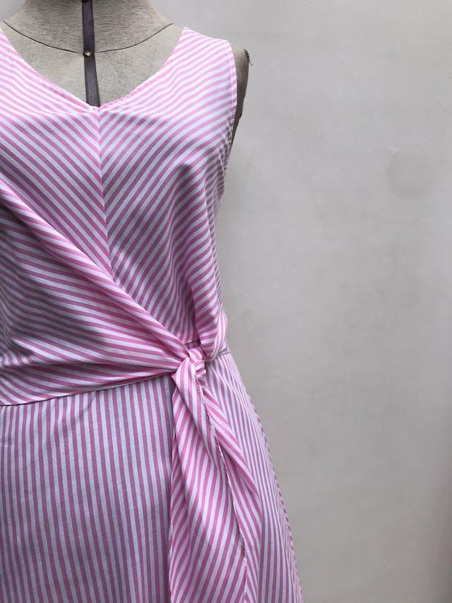 Vestido Shein a rayas blancas y rosadas, se amarra adelante, falda en A y cierre posterior. Cintura 77cm Largo 88cm  foto 2