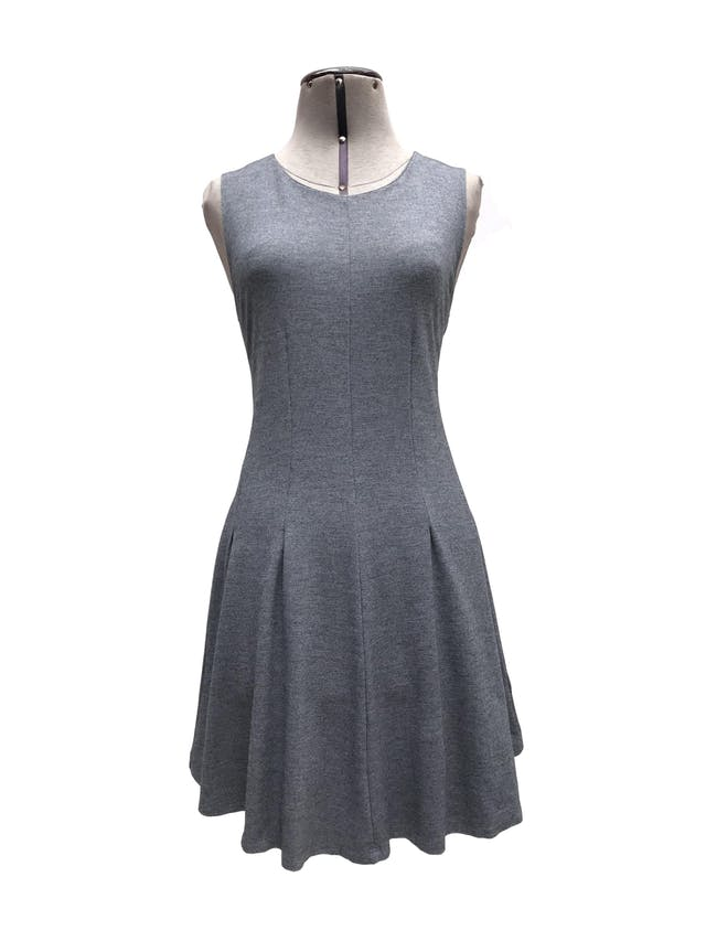Vestido Malabar plomo, cortes al centro y falda en A, tela tipo algodón stretch. Largo 80cm Precio original S/ 120 foto 1