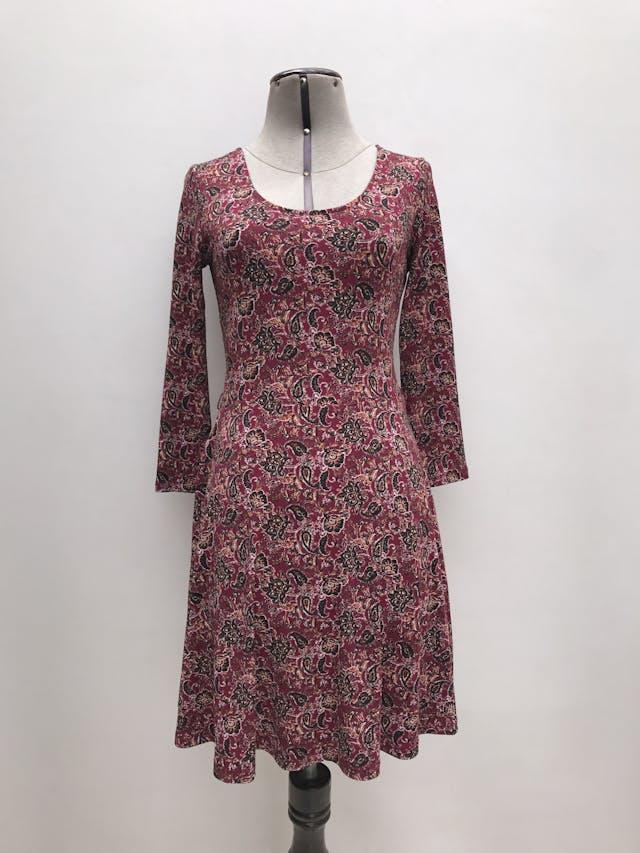 Vestido Forever21 guinda con estampado paisley negro y ocre, manga 3/4, falda en A. Largo 86cm foto 1