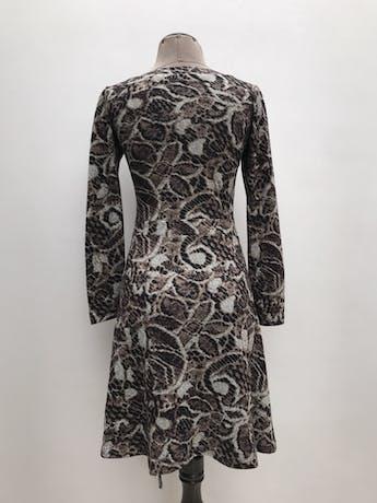 Vestido estampado en tonos marrones, negros y grises, 100% algodón, manga larga, cruzado para amarrar al lado, leva forro. Largo 90cm foto 2