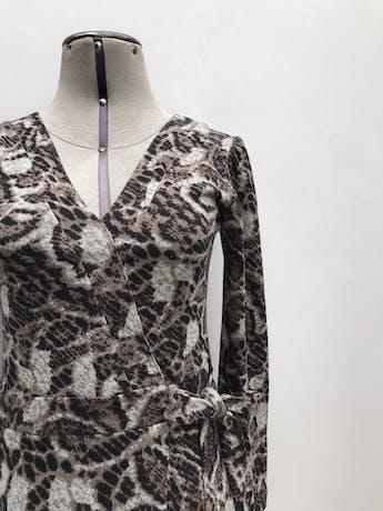 Vestido estampado en tonos marrones, negros y grises, 100% algodón, manga larga, cruzado para amarrar al lado, leva forro. Largo 90cm foto 3