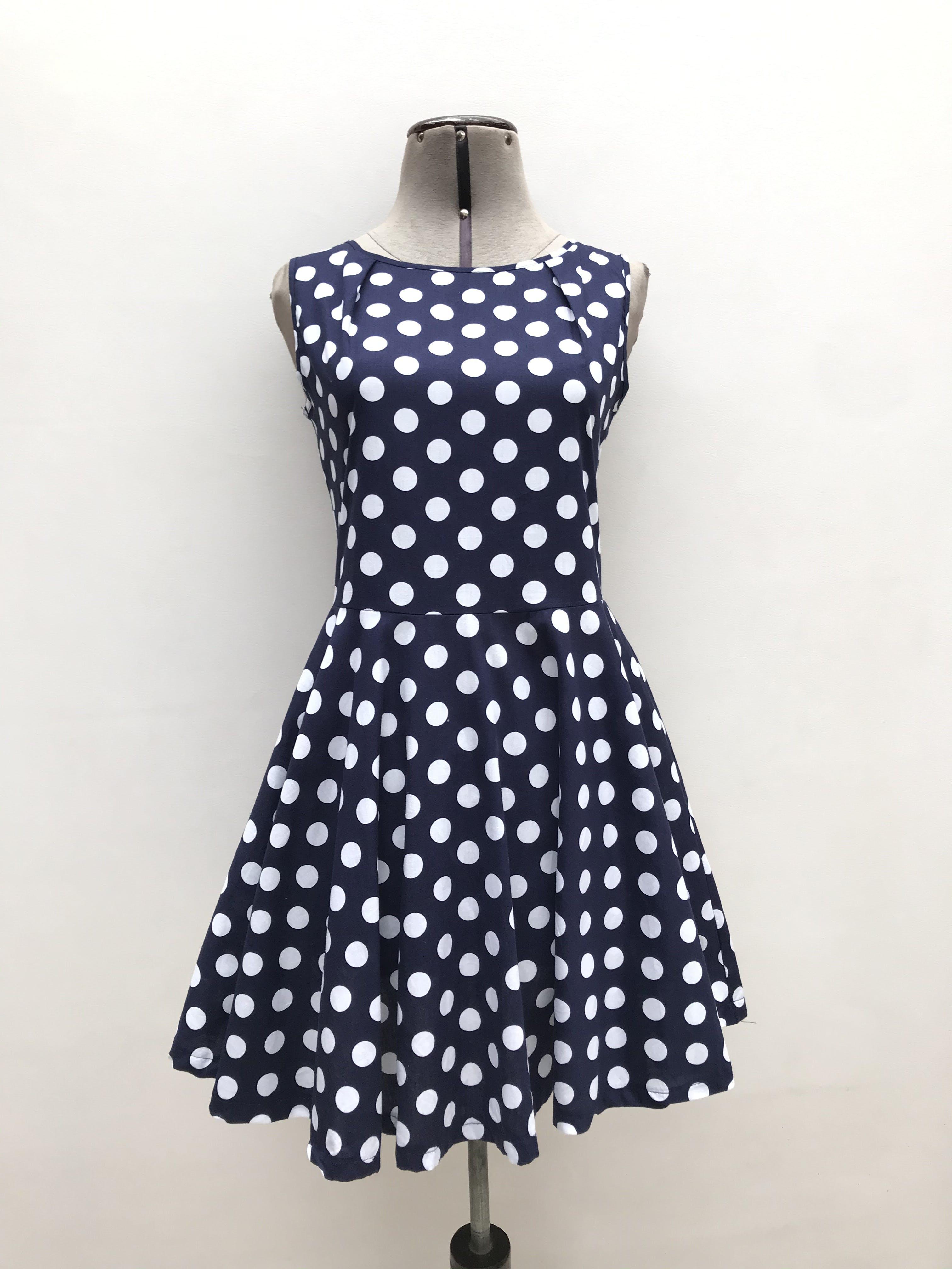 Vestido azul con lunares blancos, falda campana y cierre en la espalda