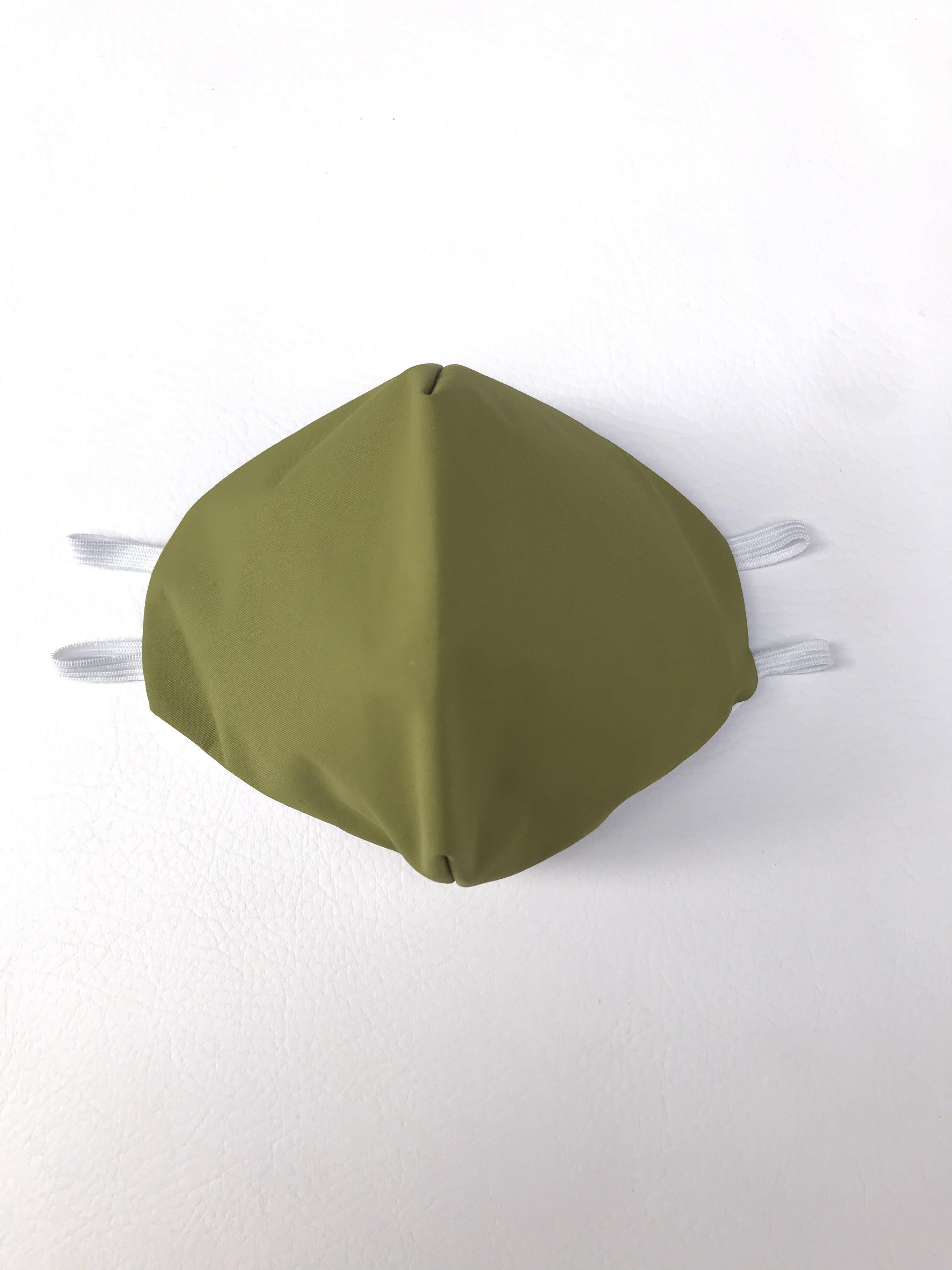 ADULTO - Mascarilla anatómica de doble capa: primera capa de taslam impermeable verde, segunda capa 100% algodón blanco, elástico de 3 ligas para la cabeza. Cubre de nariz hasta mentón - reutilizable - capa interior 100% algodón antialérgico - resistente al cloro - se recomienda lavar antes de usar