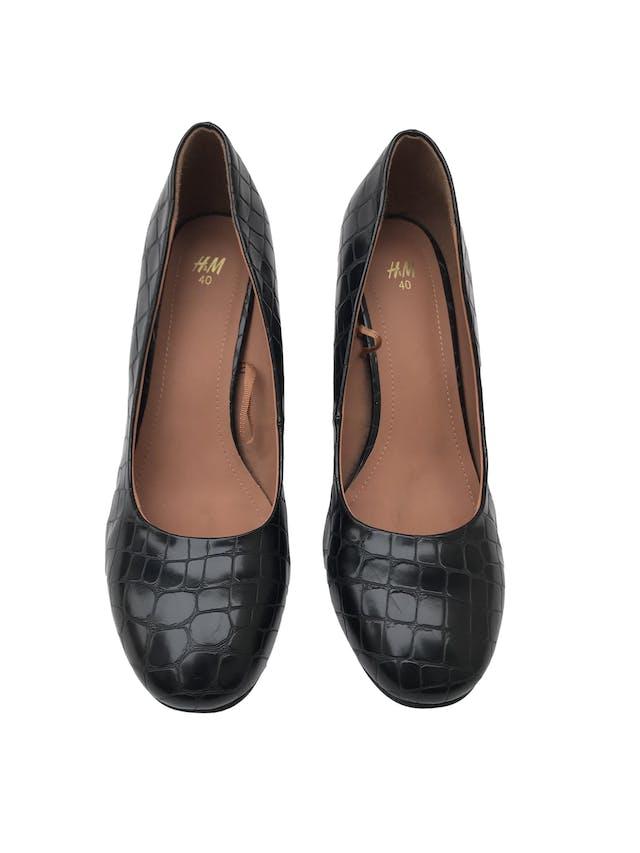 Zapatos H&M negros con textura pitón tipo cuero, punta redonda, taco grueso 9cm. Estado 9/10 foto 2