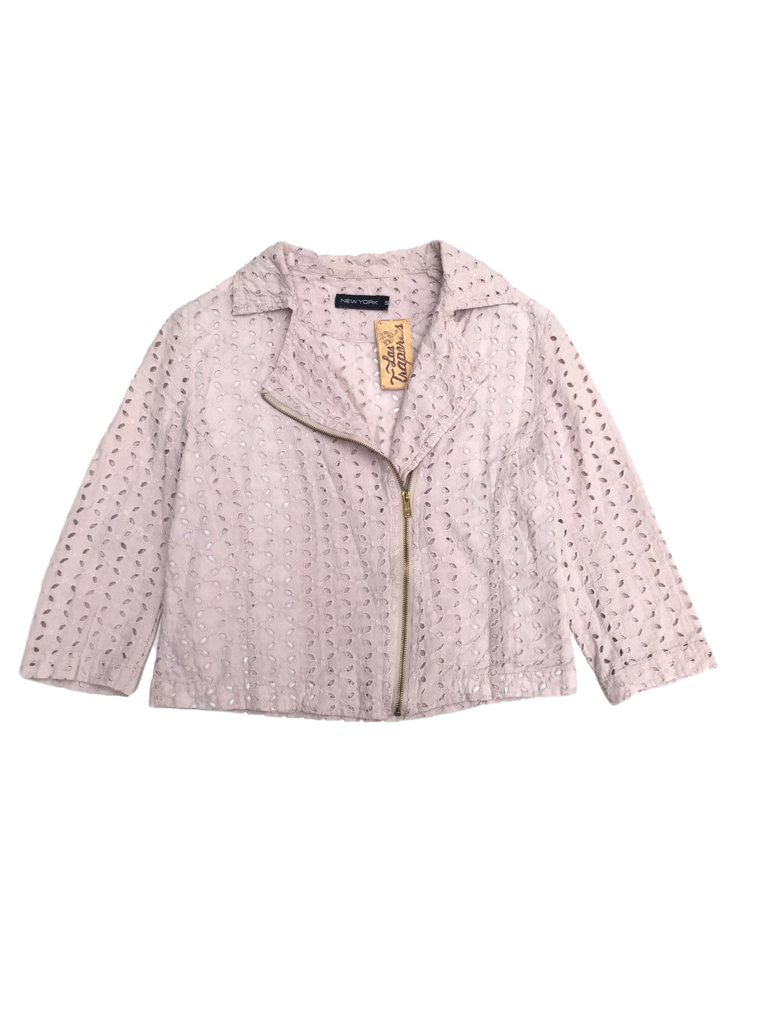 Casaca corta estilo biker, palo rosa 100% algodón con diseño de pétalos calados forro delantero, manga 3/4. Busto 90cm Largo 42cm