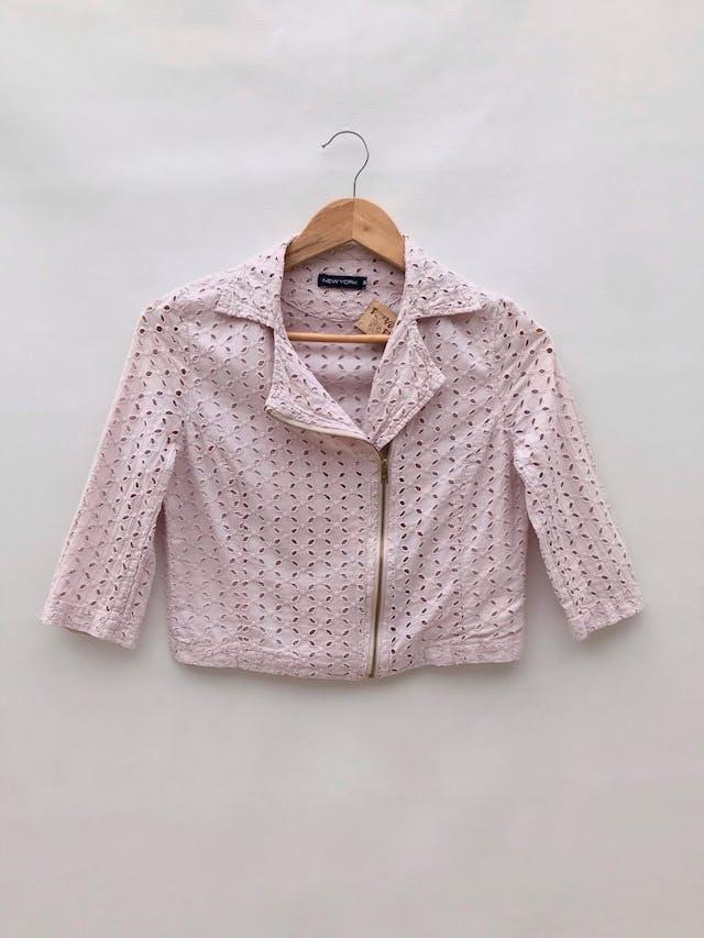 Casaca corta palo rosa 100% algodón con diseño de pétalos calados, estilo biker, forro delantero, manga 3/4 foto 1