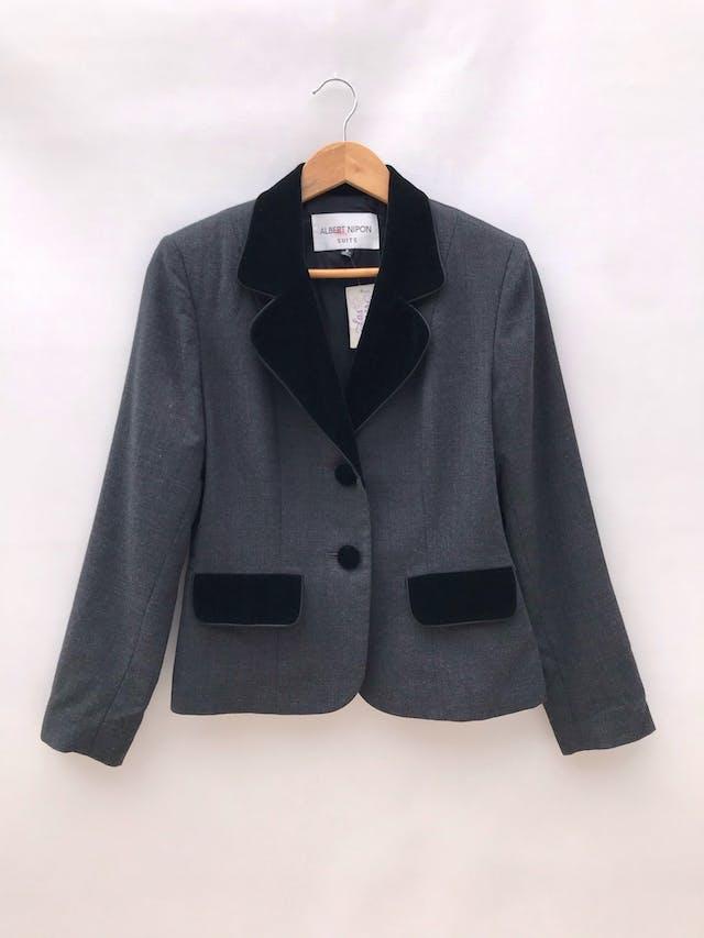 Blazer gris tipo sastre 100% lana con detalles de terciopelo en solapas, bolsillos y botones, lleva forro  foto 1