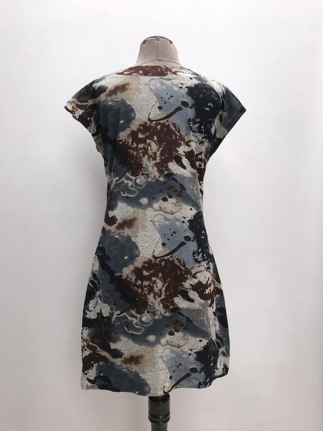 Vestido Michelle Belau estampado en tonos acero y marrones, botones metálicos en los hombros. Largo 88cm. Precio original S/ 200 foto 3