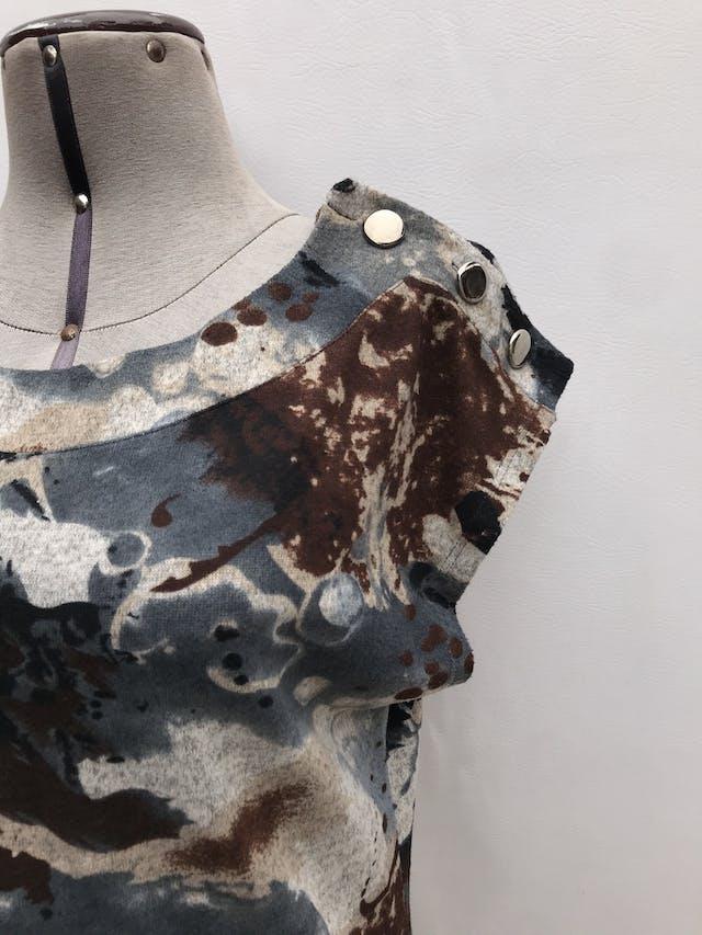 Vestido Michelle Belau estampado en tonos acero y marrones, botones metálicos en los hombros. Largo 88cm. Precio original S/ 200 foto 2